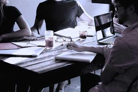 praktikum-arbeitsgruppe-buero-medienbranche.jpg